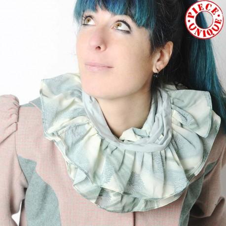 Echarpe jeune créateur volantée, jersey vert pâle et tissu imprimé assorti