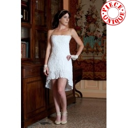Short white crumpled dress with big bow at the back,
