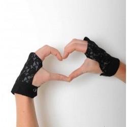 Gantelets mitaines habillés en dentelle noire sur gris