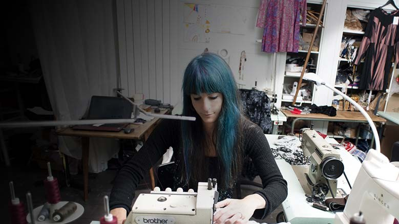 Créateur de mode, vêtements sur mesure